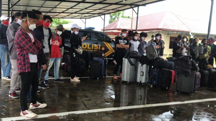 TKI - Puluhan Tenaga Kerja Indonesia (TKI) ilegal ditangkap Polres Bintan di Pelabuhan Gentong Tanjunguban Kabupaten Bintan, Provinsi Kepri, Senin (28/6) malam kemarin.