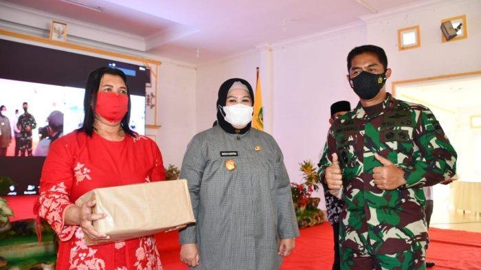 Danrem 033 Wira Pratama Brigjen TNI Jimmy Ramoz Manalu bersama Wakil Gubernur Kepri Marlin Agustina saat menghadiri upacara penutupan TMMD 111 di Desa Marok Tua, Kabupaten Lingga, Kepri, Rabu (14/7).