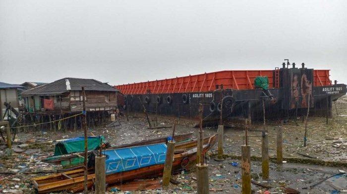 Tongkang bertuliskan Agility 1805 di Tanjung Uma, Kecamatan Lubuk Baja, Kota Batam, Provinsi Kepri, Jumat (1/1/2021).
