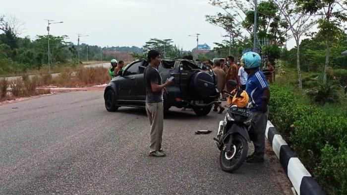 Kecelakaan di Tanjungpinang Toyota Rush Hitam Ringsek di Depan Kantor Disdik Kepri, Senin (5/4/2021).