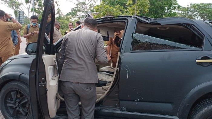 Kondisi mobil Toyota Rush hitam di depan kantor Disdik Kepri, Senin (5/4/2021).