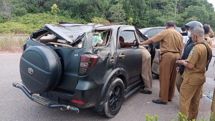 Kecelakaan di Tanjungpinang Toyota Rush Hitam Ringsek di Depan Kantor Disdik Kepri
