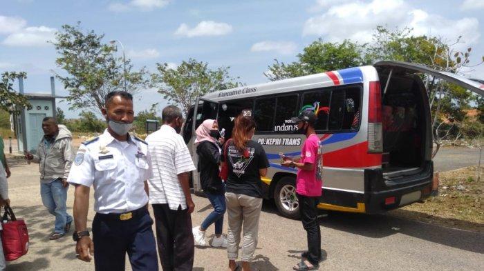 Sejumlah penumpang terlihat hendak menggunakan jasa bis Po Trans Kepri menuju Tanjunguban, Kabupaten Bintan, Provinsi Kepri, Selasa (23/2/2021).
