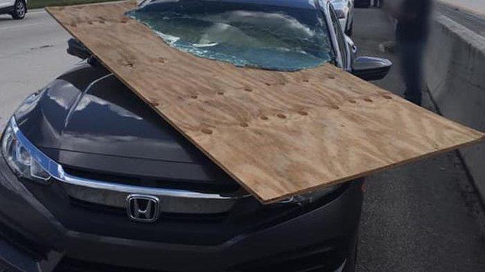 Triplek Jatuh dari Truk dan Hantam Mobil, Pengemudi Mobil Ini Hampir Saja Celaka