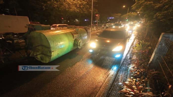 Mobil Berhenti Mendadak, Jadi Penyebab Truk Air Ini Terbalik di Jalan Gajah Mada