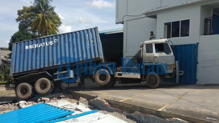 Rem Blong, Truk Kontainer Bermuatan 26 Ton Garam Robohkan Tembok Sepanjang 20 Meter