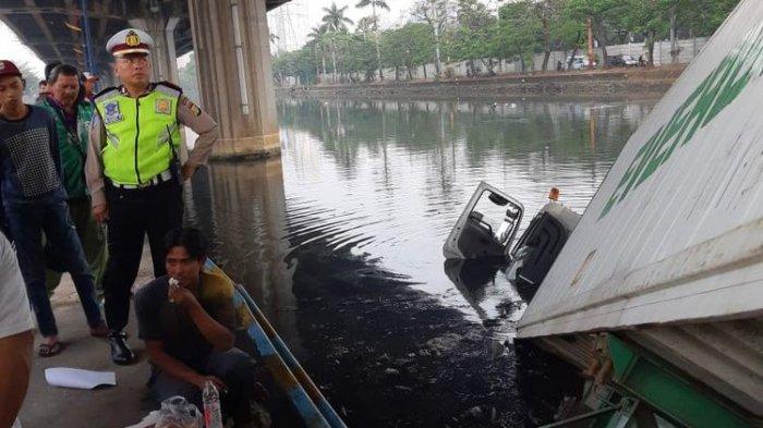 Truk Kontainer Hilang Kendali dan 'Nyemplung' di Kali Ancol