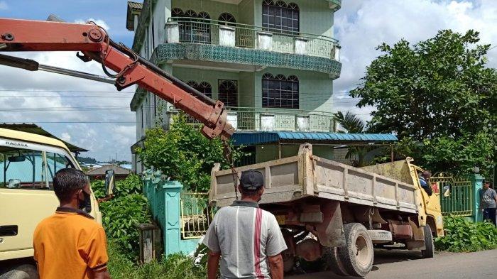 KECELAKAAN LALU LINTAS DI TANJUNGPINANG - Kondisi truk bernomor polisi BP 9243 TU masuk kedalam parit dan menabrak pagar rumah di kawasan jalan RE Martadinata KM 6, Kota Tanjungpinang, Senin (28/9/2020).