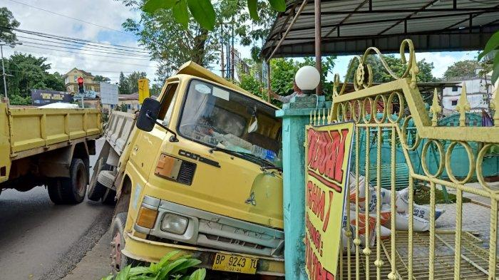 Truk Angkut Beras Bulog di Tanjungpinang Masuk Parit Lalu Hantam Pagar Rumah Warga