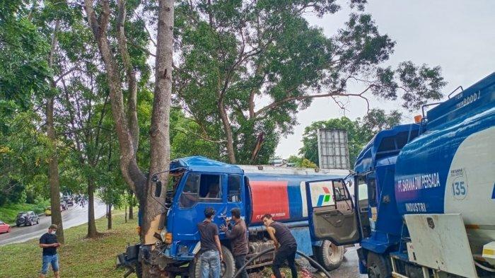KECELAKAAN DI BATAM - Satu unit mobil tangki Pertamina pengangkut BBM industri mengalami kecelakaan tunggal di Jalan Yos Sudarso, Batam, Selasa (13/7/2021).