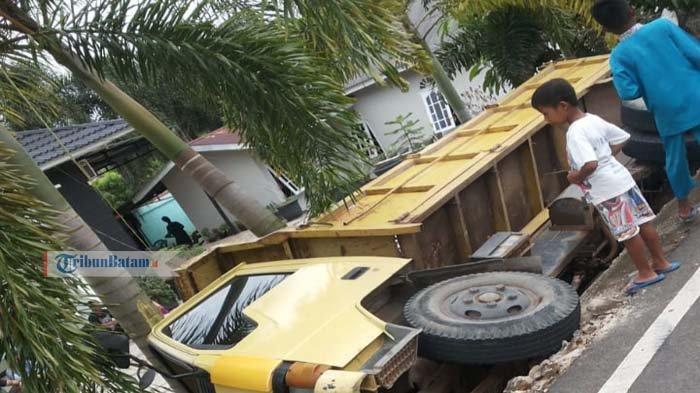 Hindari Pick Up Melintas, Truk Muatan Barang Terbalik di Depan Rumah Warga