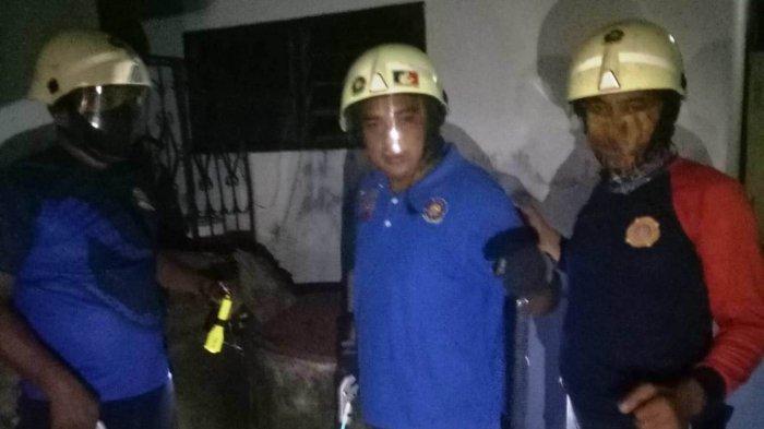 Petugas Damkar Tanjunguban Bintan menangkap ular kobra berukuran 1 meter di pekarangan warga, Sabtu (31/7) malam.
