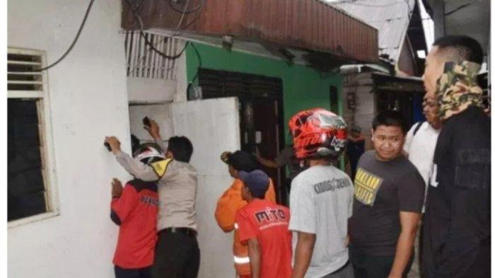 Ular Sanca di Plafon Rumah Warga, Polisi Turun Tangan Bantu Evakuasi