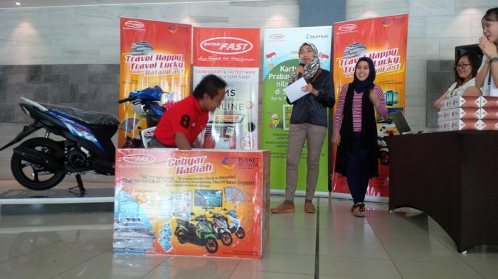 Arif Hidayat Dapat Hadiah Sepeda Motor dari Batam Fast dalam Lucky Draw September 2016