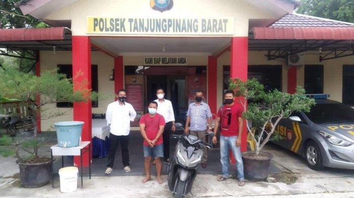 Curanmor di Bintan, Datang ke Tanjunguban, Pria Ini Curi Motor Buat Pulang Kampung. Foto konferensi pers di Polsek Tanjungpinang Barat, Selasa (20/4/2021).