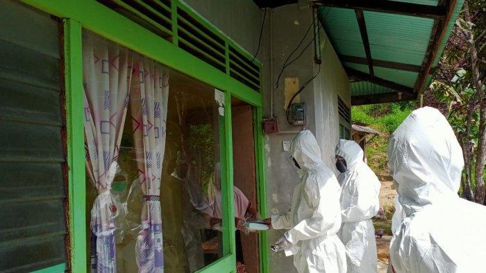 UPDATE Corona di Bintan, 10 Meninggal Dunia, 431 Pasien Sembuh Corona, 13 Kasus Aktif. Foto petugas Dinkes Bintan dan penyelengara Pilkada Bintan mendatangi kediaman pasien positif Covid-19.
