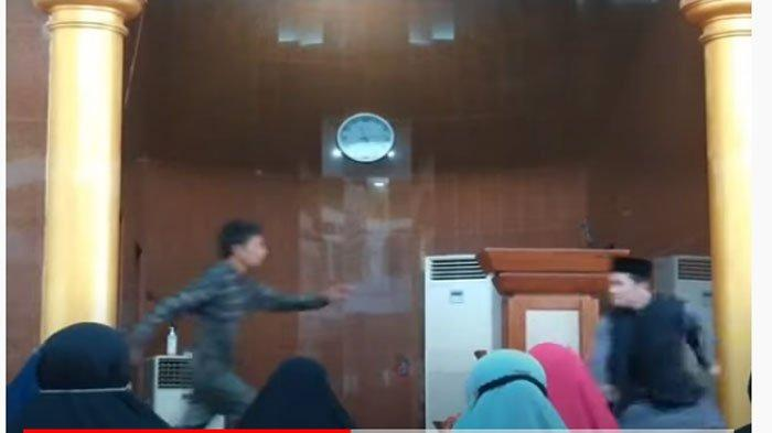 Penyerangan Ustaz Abu Syahid Chaniago, Emak-emak Emosi dan Pukuli Pelaku