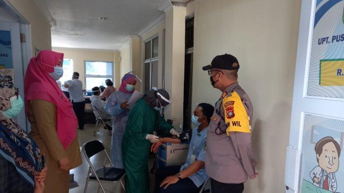 Vaksinasi Corona di Batam Sentuh Hinterland, Polsek Galang Kawal Vaksin Nakes Puskesmas. Foto personel Polsek Galang di Puskesmas Galang, Selasa (19/1/2021).
