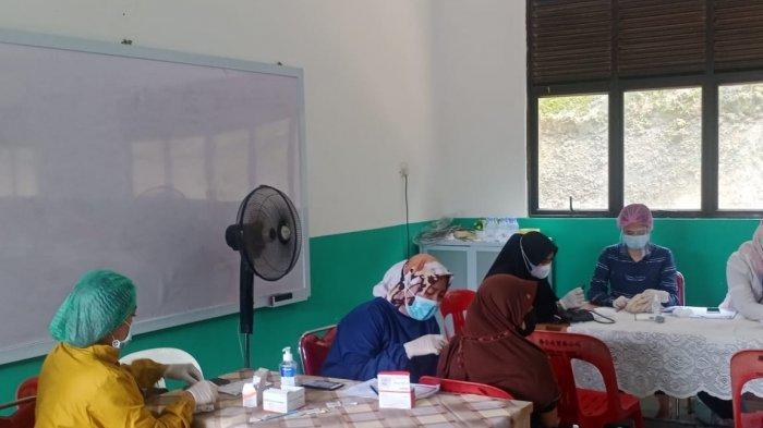 VAKSINASI CORONA DI BATAM - Pelaksanaan vaksinasi corona di salah satu SMP di Kota Batam, Provinsi Kepri, Senin (5/7/2021).