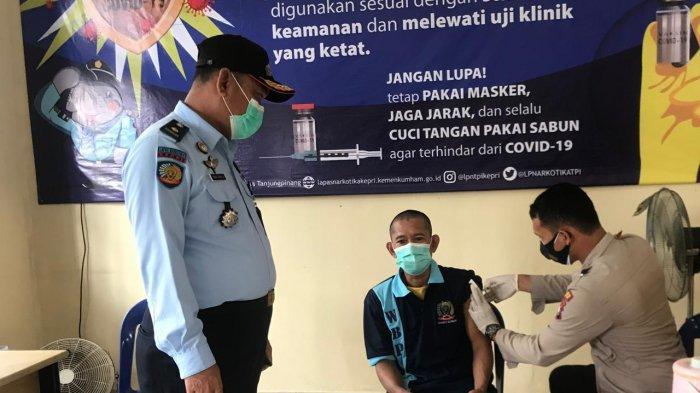 Warga Binaan Pemasyarakatan Lapas Narkotika Kelas llA Tanjungpinang menjalani vaksinasi corona di Bintan, Selasa (13/7/2021).