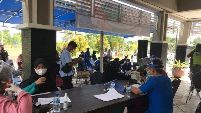 VAKSINASI CORONA DI BINTAN - Pelaksanaan vaksinasi corona di Bintan untuk usia 12-17 tahun di Kantor Kecamatan Gunung Kijang, Bintan, Jumat (2/7/2021).