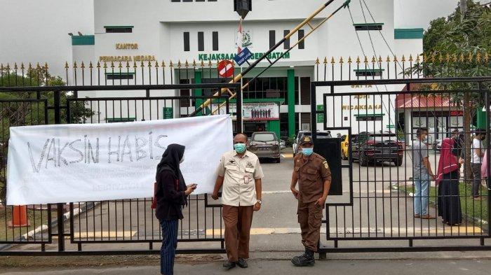 KEJARI BATAM - Vaksinasi Covid-19 di Kejaksaan Negeri Batam, Rabu (14/7/2021). Pihak penyelenggara bahkan sampai harus mengumumkan bahwa kuota sudah habis. Mengingat, tingginya minat warga Batam untuk menerima vaksin.