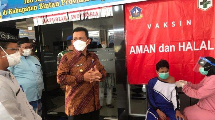 VAKSINASI CORONA DI KEPRI - Gubernur Kepri Ansar Ahmad saat memantau pelaksanaan vaksinisasi perdana terhadap anak usia 12-17 tahun di Kantor Kecamatan Gunung Kijang, Bintan, Jumat (2/7/2021).