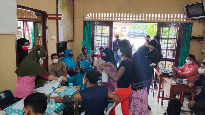 VAKSINASI CORONA DI LINGGA - Vaksinasi kepada masyarakat Desa Sungai Buluh, Kecamatan Singkep Barat, Kabupaten Lingga, Selasa (22/6).