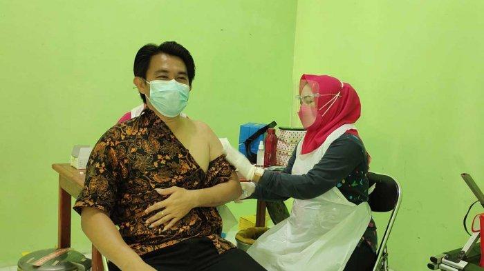 VAKSINASI CORONA DI LINGGA - Pelaksanaan vaksinasi corona di Lingga, tepatnya di Posko PPKM Puskesmas Raya, Kecamatan Singkep Barat, Kamis (3/6/2021).