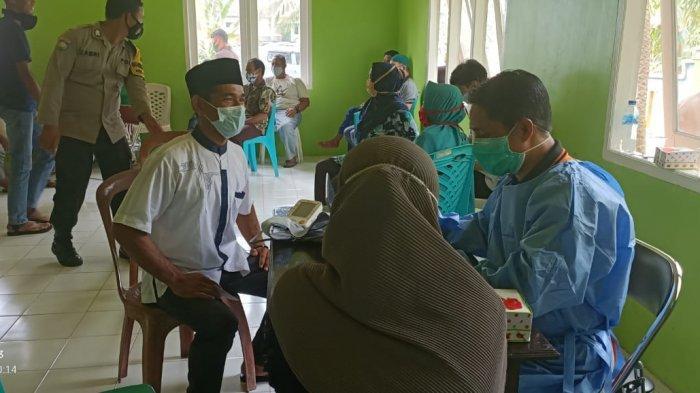 VAKSINASI CORONA DI NATUNA - Proses vaksinasi corona di Desa Sepempang, Kecamatan Bunguran Timur, Selasa (29/6/2021).