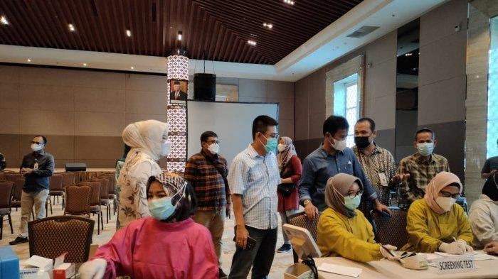 VAKSINASI CORONA DI BATAM - Pelaksanaan vaksinasi Covid-19 untuk karyawan PT Rubycon Indonesia, Sabtu (19/6). Himpunan Kawasan Industri (HKI) Kepri mengatakan, kewenangan perusahaan untuk memberi libur pekerjanya atau tidak setelah mendapat vaksin corona.