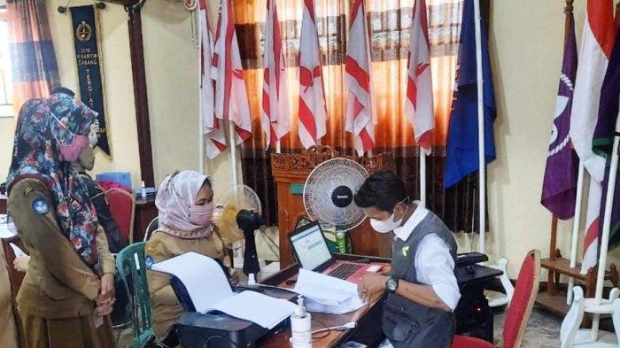Vaksinator UPT Puskesmas Dabo Lama memberikan vaksin Sinovac kepada tenaga pendidik korwil Kecamatan Singkep, Kabupaten Lingga, Provinsi Kepri.