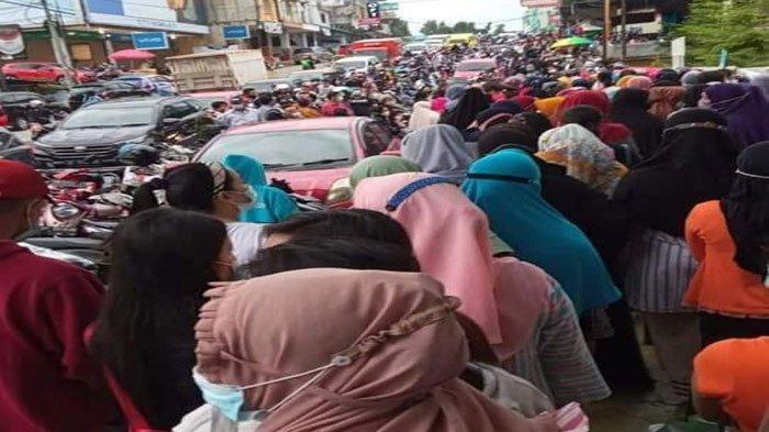 VAKSINASI CORONA DI BATAM - Kerumunan warga mengantre untuk mendapat vaksin corona di Puskesmas Sei Panas, Jumat (18/6/2021).