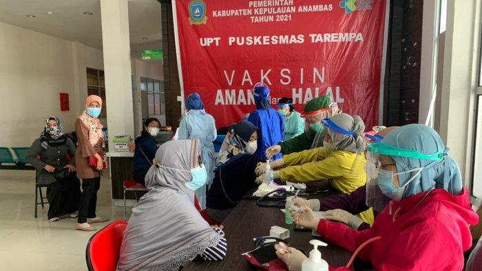 VAKSINASI CORONA DI ANAMBAS - Masyarakat Kecamatan Siantan, Kabupaten Anambas, Kepri saat menerima vaksin di RSUD Tarempa, Senin (24/5/2021).