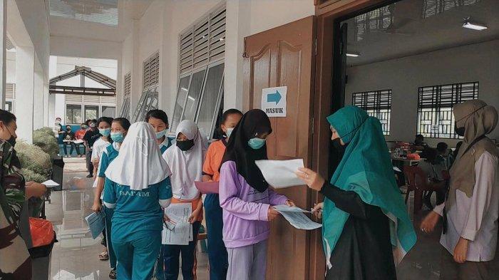 VAKSINASI CORONA DI BATAM - Pelaksanaan vaksinasi corona di SMPN 27 Batam Kelurahan Sei Pelunggut, Kecamatan Sagulung, Selasa (6/7/2021).