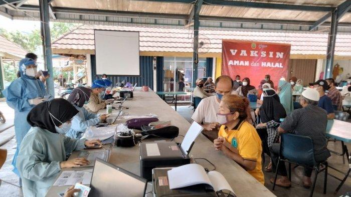 Sejumlah warga lanjut usia (Lansia) dengan usia 60 tahun keatas saat mendaftar vaksinasi corona di Tanjungpinang dosis pertama di Pujasera, Pasar Bintan Centre, Kota Tanjungpinang, Senin, (19/4/2021).