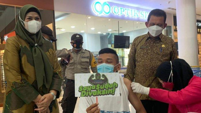 VAKSINASI CORONA DI KEPRI - Gubernur Kepulauan Riau (Kepri), Ansar Ahmad saat meninjau pelaksanaan vaksinasi di TCC Mall, Kota Tanjungpinang, Sabtu (29/5/2021) kemarin.