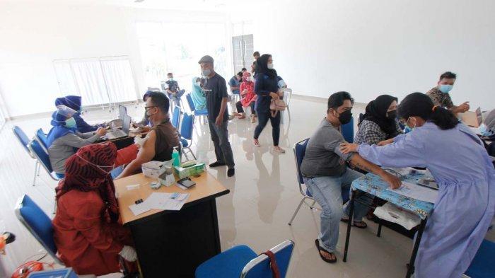 VAKSINASI CORONA DI BATAM - Karyawan Tribun Batam Terima Vaksin Corona Tahap Pertama di Puskesmas Tanjung Sengkuang, Jumat (7/5/2021).