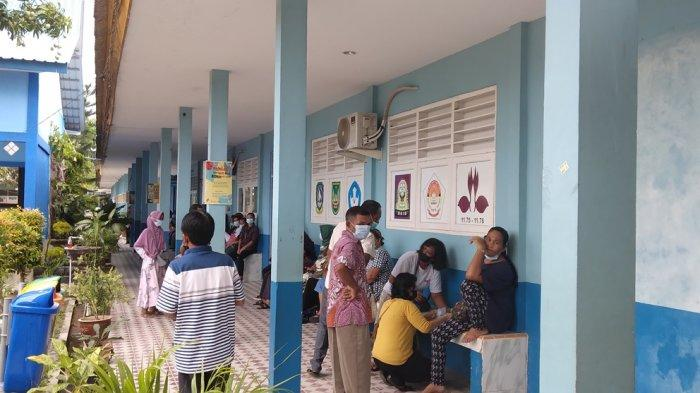 VAKSINASI CORONA DI BATAM - Vaksinasi corona di Kecamatan Sagulung, Batam, Rabu (19/5/2021). Sebanyak 1.500 lansia terdata untuk menerima vaksin.