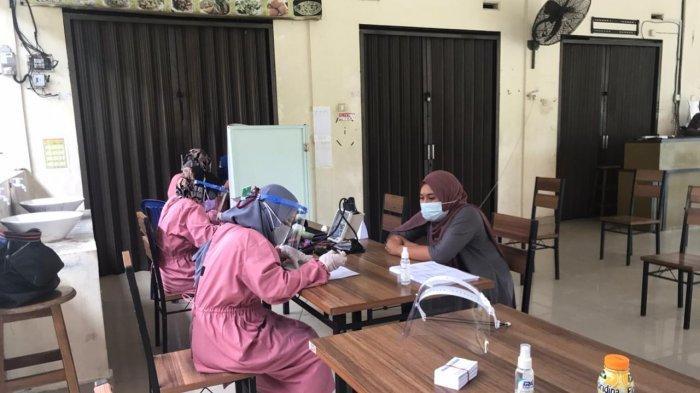 VAKSINASI CORONA DI BINTAN - Pelaksanaan Vaksinisasi Covid-19 kepada warga Kecamatan Toapaya di Pasar Tani, Toapaya, Bintan.
