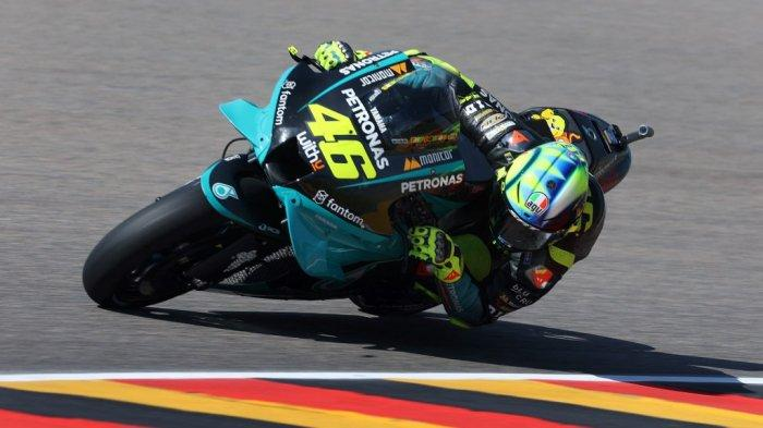 Pebalap Petronas Yamaha SRT asal Italia, Valentino Rossi saat menjalani sesi latihan bebas atau free pracitice di sirkuit Sachsenring, Jerman 18 Juni 2021 lalu.