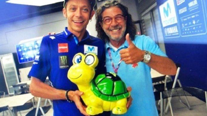 Fotografer Ini Beri Boneka Kura-kura untuk Valentino Rossi. Apa Ya Maksudnya?