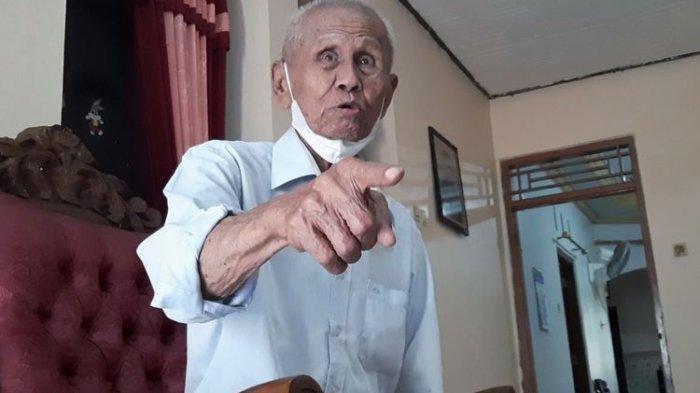 Ishak Bahar (87), eks Pasukan Batalyon Cakrabirawa yang saat ini bermukim di Kelurahan Kalikabong, Kecamatan Kalimanah, Kabupaten Purbalingga, Jawa Tengah.