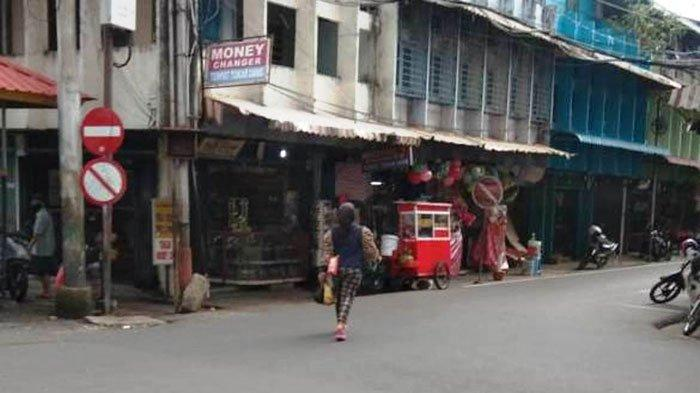 VIRAL DI MEDSOS - Seorang wanita tergeletak di Pos Dishub Pasar Kota Tanjungpinang viral di medsos, Selasa (29/6/2021).