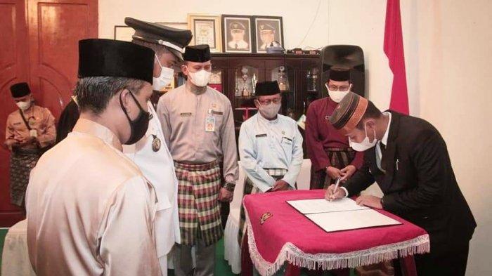 Wakil Bupati Lingga, Neko Wesha Pawelloy melantik Pjs Kades Pantai Harpaan Syapwan Akbar di ruang VIP Kantor Bupati Lingga, Daik, Kecamatan Lingga, Senin (26/4/2021).