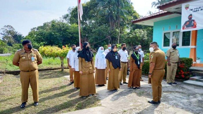 Wakil Bupati Lingga Neko Wesha Pawelloy saat mengunjungi kantor Kelurahan Daik, Kecamatan Lingga, Kabupaten Lingga, Senin (5/4/2021).