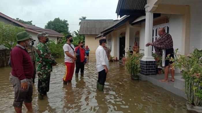 Wabup Lingga, Neko Wesha Pawelloy mendatangi lokasi banjir di Bukit Kapitan, Kelurahan Dabo Lama, Kecamatan Singkep, Kabupaten Lingga, Kepri.