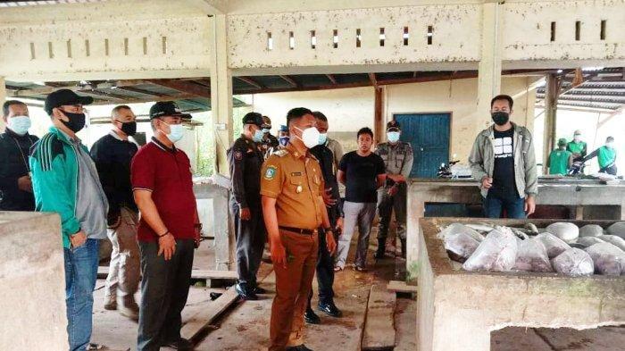Wakil Bupati Lingga Neko Wesha Pawelloy bersama rombongan menelusuri Pasar Daik, Kecamatan Lingga, Kabupaten Lingga, Senin (29/3/2021)