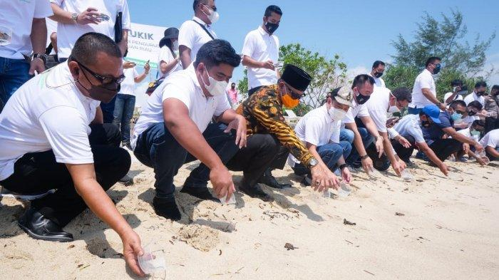 Wakil Bupati Bintan, Roby Kurniawan melepas anak penyu di pesisir pantai Trikora Beach Club, Minggu (11/4/2021).