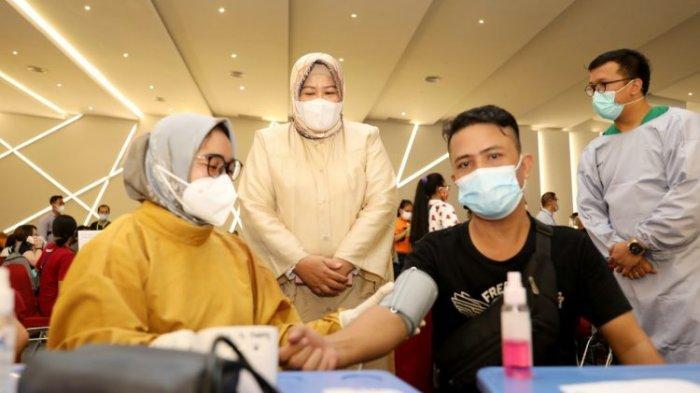 WAGUB KEPRI - Wakil Gubernur Kepri atau Wagub Kepri Marlin Agustina saat meninjau warga mendapat vaksin covid-19.